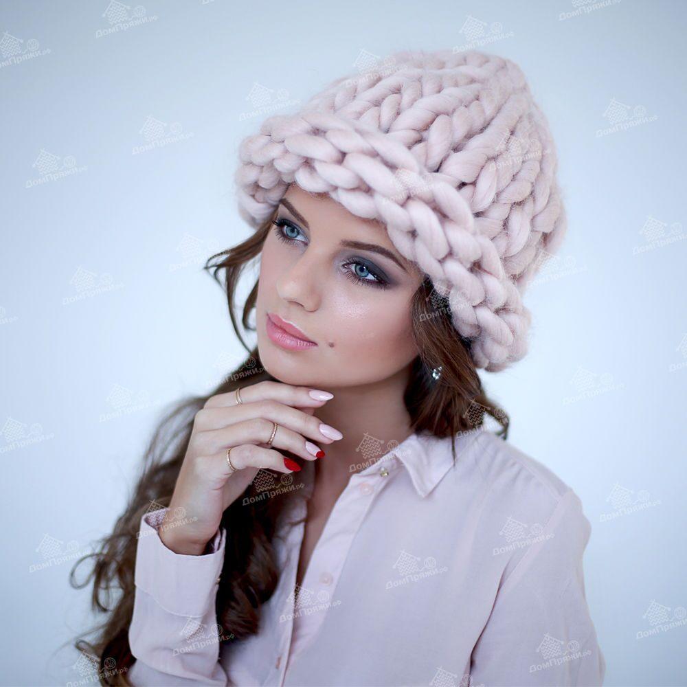 шапка из толстой пряжи с отворотом цвет пудра